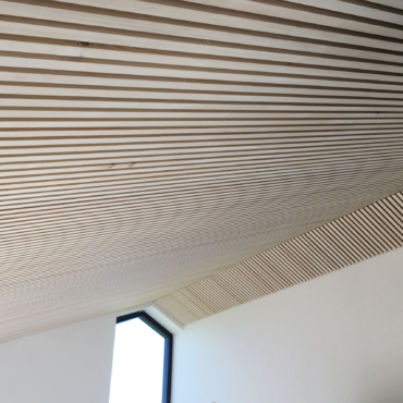 listeloft.nu-reference-akustik-træ-lister-lamel-panel-eurodan-villa-loft-stue-rjarkitekt.dk-01-IMG_7344